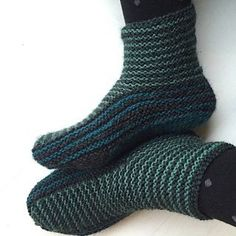 Free Knitting Pattern for Grown-Up Garter Booties - Maria Sus designed these garter-stitch slippers that are shaped with short rows. Great for multi-color yarn or stash-busting! - Crochet and Knit Knit Slippers Free Pattern, Crochet Socks, Knit Or Crochet, Crochet Granny, Knit Socks, Knitted Booties, Knitted Slippers, Slipper Socks, Baby Booties