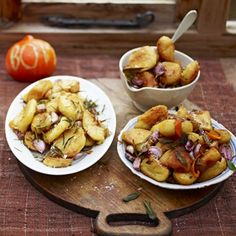 Perfect Roast Potatoes // Jamie Oliver Recipes *use this parboil + shake/steam-dry method --> then roast at 425 in convection oven for about 50 mins (moving around a few times after about 30 mins). Jamie Oliver Roast Potatoes, Perfect Roast Potatoes, Roasted Potato Recipes, Roasted Potatoes, Potato Vegetable, Vegetable Recipes, Humble Potato, Plat Simple, Nigella