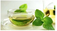 Moringa mint tea gives a wonderful after meals refreshment with its soothing mint flavor combined with the nutritive values of Moringa. Moringa Mint Infusion is one of the most in-demand vegetal infusions because of its high nourishing value. Mint Leaves Benefits, Home Remedies, Natural Remedies, Moringa Recipes, Digestion Difficile, Peppermint Tea Benefits, Tulsi Tea, Spearmint Tea, Bebidas Detox