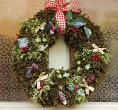 This wreath is knitted! See Deramores website or Simply Knitting Magazine. Christmas Knitting Patterns, Knitting Patterns Free, Free Pattern, Loom Knitting, Free Knitting, Handmade Christmas Decorations, Christmas Crafts, Crochet Christmas, Christmas Stuff