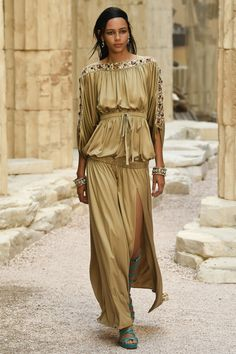 See the complete Chanel Resort 2018 collection. See the complete Chanel Resort 2018 collection. Chanel Resort, Chanel Cruise, Chanel Couture, Couture Mode, Style Couture, Couture Fashion, Catwalk Fashion, Fashion 2018, Fashion Week