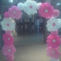 Arco con flores y pompones