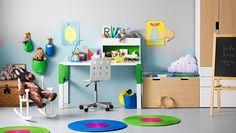 Barnrum med vitt/grönt skrivbord som kan justeras i tre olika höjder allteftersom barnet växer. Här med en vit/grön skrivbordshylla och en vit…