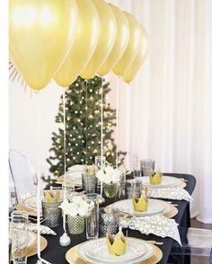 Para la Cena de Fin de Año me encanta utilizar el color dorado para decorar la mesa, que les parece esta idea con globos inflados de helio? Seguro que a los niños les encantará! #esposaymama #navidadesposaymama #adios2016 #findeaño #ideasdefindeaño