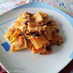 Pasta con anchoas, olivas negras y atún