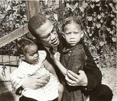 Malcolm X with his daughters Attallah and Qubilah Love this picture.oh how all our lives would be different if he was Alive especially his daughters! Malcolm X, Black History Facts, Black History Month, Black Leaders, By Any Means Necessary, Vintage Black Glamour, Black Families, Fathers Love, African Diaspora