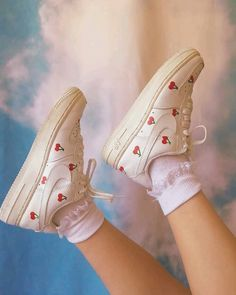 Faux Feather Lace Up Sneakers Aesthetic Shoes, Aesthetic Clothes, Aesthetic Pastel, Mode Statements, Look Retro, Painted Shoes, Dream Shoes, Custom Shoes, Customised Shoes