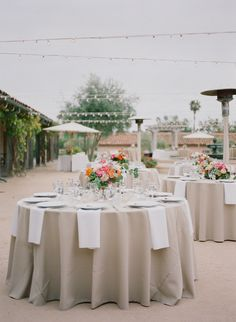 LOVE LOVE The beige tablecloths with white napkins.