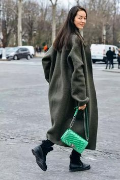 2019 winter coat, the longer the more fashionable, this winter long coat is very popular, whether it is with pants or skirts look good. – Page 62 of 62 – Winter Coat Best Street Style, Cool Street Fashion, Street Chic, Street Style Women, Paris Street, Street Styles, Tommy Ton, Long Winter Coats, Long Coats