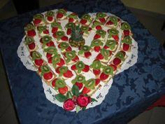 Ecco una torta dolce tanto ala vista quanto al gusto: torta di frutta fresca con panna montata e crema al torrone.