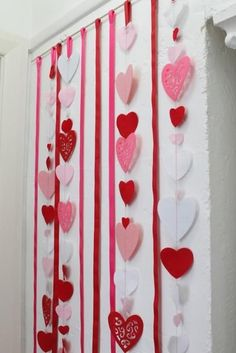 Paper crafts are popular activities with kids. Most children start out doing paper crafts with parents and then continue enjoy doing crafts in school. Simple paper crafts for kids are fun, especially when children can make gifts or decorate their rooms with their own colorful creations. Lushome shar