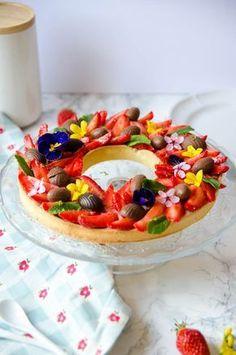 Tarte-aux-fraises-de-Pâques-comme-une-couronne-de-fleurs