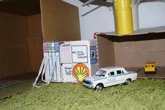Parking dla samochodów z podjazdami i stacją paliw z kartonowych pudełek