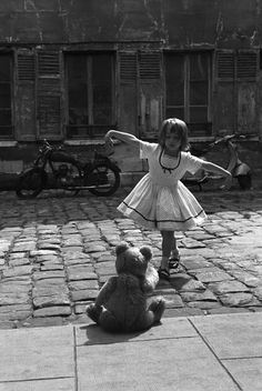bambina balla davanti al suo orsacchiotto, Parigi 1961