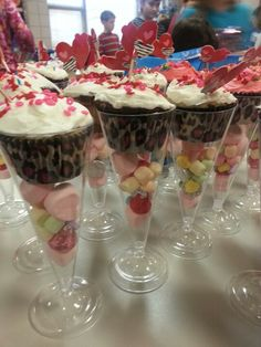 Great birthday party treats for the classroom. Valentinstag Party, Birthday Party Treats, Classroom Treats, School Birthday, School Treats, Valentine Treats, Snacks, High Tea, Dessert Table