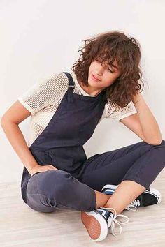 Mode salopette en anglais les salopettes overall ootd tenue de jour Source by DylanCaspertht fashion women casual Androgynous Fashion Women, Pelo Vintage, Salopette Jeans, Casual Outfits, Fashion Outfits, Grunge Hair, Overalls, Dungarees, Curly Hair Styles