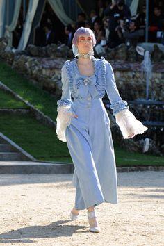 Kar Lagerfeld apresenta toda a opulência da marca Chanel numa apresentação em Versailles, com a coleção cruise 2013, em que as peças recriavam a imagem das damas da corte francesa do séc. XVII, através dos tons pastéis e metálicos, numa conjugação de linhos, algodões, rendas, folhos e laços.
