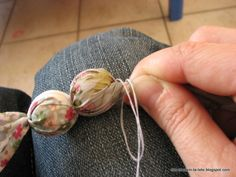 Tuto du collier en tissu et cotillons 5 Min Crafts, Tie Crafts, Button Crafts, Fabric Necklace, Fabric Jewelry, Beaded Jewelry, Jewellery, Chunky Bead Necklaces, Fabric Beads