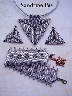 Parure grise Seed Bead Projects, Beading Projects, Beading Tutorials, Bead Loom Bracelets, Beaded Bracelet Patterns, Beaded Jewelry, Seed Bead Patterns, Beading Patterns, Bracelets