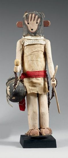 Kachina Pot carrier Man Hopi, Arizona, U.S.A Circa 1940 Bois, pigments. Cordelette, coton, stroud, plume H:43 cm