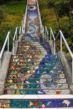 Bijzondere mozaiek trap in San Francisco bij 16th-Avenue | Meer reisinformatie over San Francisco en Noord Amerika vind je op www.wearetravellers.nl.