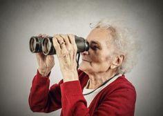 donna anziana che guarda nel binocolo