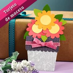 Tarjeta de Maceta This amazing flowerpot card is perfect for gifting to someone special. Diy Crafts For Gifts, Paper Crafts For Kids, Easter Crafts, Christmas Crafts, Paper Flowers Craft, Paper Crafts Origami, Flower Crafts, Art Drawings For Kids, Art For Kids