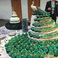 Peacock Cupcakes, Peacock Cake, Peacock Wedding Cake, Cupcake Tower Wedding, Wedding Cakes With Cupcakes, Cupcake Cakes, Beautiful Cakes, Amazing Cakes, Extravagant Wedding Cakes