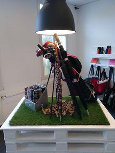 Ein #Golfschirm zeichnet sich durch typische Designelemente aus. Ein gerader Griff, ein langes Top, Fiberglasstock und natürlich ein großer Durchmesser machen ihn zum perfekten Begleiter auf dem #Golfplatz - und natürlich auch bei jedem #Herbstspaziergang zu zweit. Er verbessert vielleicht nicht dein #Handicap, aber er steht dir bestimmt ausgesprochen gut! Tripod Lamp, Telescope, Lighting, Home Decor, Grandma And Grandpa, Umbrellas, Decoration Home, Room Decor, Lights