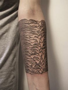 tattoo unterarm ideen schwarz gitter