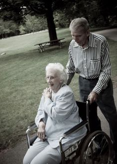 Cute Old Couples, Beaux Couples, Older Couples, Couples In Love, Old Love, Real Love, Beautiful Love, True Love, Old Fashioned Love