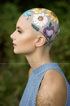 Mom Spends Hours Painting Daughter's Bald Head For Her Senior Year Portraits, And The Result Is Beautiful Bald Head Tattoo, Head Tattoos, Bald Head Women, Shaved Hair Designs, Photographie Portrait Inspiration, Going Bald, Bald Girl, Stop Hair Loss, Bald Heads