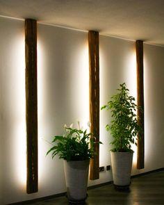 #Lampe aus #Altholz sorgt für indirektes Licht. Besonderer Hingucker: die von innen heraus beleuchteten Risse #living