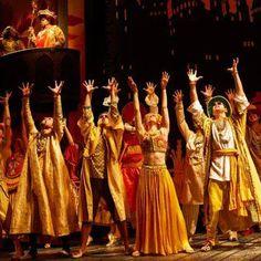 音樂劇<輕輕公主> 因為失去母親而變得心情沉重的王子,跟受到詛咒失去重量而變的身體輕盈的異國公主,他們要如何破解兩人之間越來越大的差異而廝守在一起呢?  由Tori Amos作詞作曲、山繆亞當森Samuel Adamson作詞編劇的音樂劇<輕輕公主>(The Light Princess)正在倫敦國家劇場(NT/National Theatre)上演,將演出至2014年1月9日。 Painting, Dresses, Fashion, Vestidos, Moda, Fashion Styles, Painting Art, Paintings, Dress