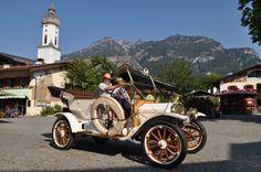 Vor der St.-Martin-Pfarrkirche in Garmisch-Partenkirchen, nur 10 Adlermotorwagenminuten entfernt vom Hotel