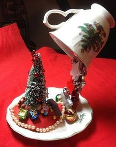DIY Christmas decorations with a cup! 15 ideas to inspire you. Christmas Topiary, Christmas Cup, Dollar Tree Christmas, Christmas Goodies, Tea Cup Art, Tea Cups, Christmas Crafts, Christmas Decorations, Christmas Ornaments