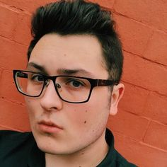 RT @HarrisonJBrock: I need a creative job. If anyone knows anything about jobs in industries like television production newspapers or online music blogging hit up your favourite very talented queer writer and artistic hun (me)