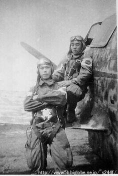 第161振武隊 渋田少尉と羽石少尉 Fighter Pilot, Fighter Aircraft, Kamikaze Pilots, Imperial Japanese Navy, Japanese History, Airplane Art, Ww2 Photos, World War Ii, Wwii