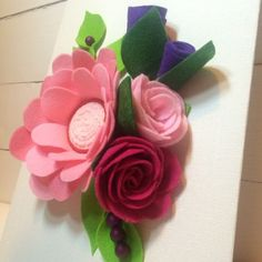 Aprende A Elaborar Flores De Fieltro Paso A Paso. ¡Son Excelentes Para Decorar Tus Manualidades! | Manuaidades eli Felt Flowers, Paper Flowers, Make Tutorial, Diy Cards, Bouquet, Plants, Tutorials, Doll, Craft