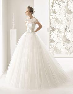 En Rosa Clará encontrarás tu vestido de novia o fiesta soñado. Combínalo con los complementos perfectos para que en tu día más especial te sientas única.