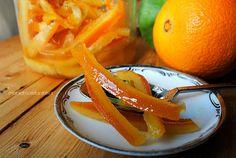 Un metodo rapido per ottenere scorze d'arancia candite perfette e golosissime. Preparatene in abbondanza, sono perfette per i dolci ma anche da gustare così