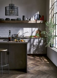 An Industrial Style Kitchen Get The Look Modern Kitchen Design industrial Kitchen Style Modern Kitchen Interiors, Elegant Kitchens, Home Decor Kitchen, Kitchen Furniture, New Kitchen, Cool Kitchens, Dark Kitchens, Kitchen Walls, Kitchen Decorations