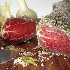 Мясо очистить от пленок, жира и жил, промокнуть полотенцем, чтобы на поверхности не осталось лишней влаги.