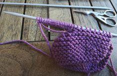 EntreHilos y algo más: Como hacer unos zapatitos o patucos con lazada Knitted Hats, Crochet Hats, Baby Boy Knitting Patterns, Baby Booties, Straw Bag, Booty, Diy, Tabata, Ideas