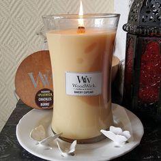 Bonjour, bonjour! Aujourd'hui nous sommes d'humeur gourmande avec la bougie parfumée Bakery Cupcake de chez WoodWick! Belle journée! #Repost @laurencew2009 ・・・