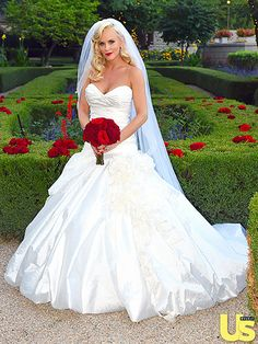 Jenny McCarthy & Donnie Wahlberg's Wedding on August 2014 - The beautiful bride wore a custom corseted strapless, draped Ines Di Santo gown with a sweetheart neckline Fashion Celebrity Wedding Photos, Celebrity Wedding Dresses, Celebrity Weddings, Famous Wedding Dresses, Donnie Wahlberg, Hollywood Wedding, Red Wedding, Wedding Album, Wedding Hair
