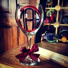 DIY Monogrammed Wine Glass: Sharpie, Wine Glass, and a piece of ribbon. Perfect for any occasion! Sharpie Wine Glasses, Decoupage Glass, Diy Monogram, Tis The Season, Tumblers, Bottles, Clever, Ribbon, Crafting