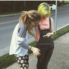 NEW PHOTO:Hayley with her sister,Erica #tayloryork #hayleywilliams #paramore