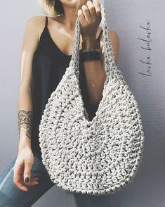 Adorable handbag round shape with its free grid! Crochet Tote, Crochet Handbags, Crochet Purses, Easy Crochet, Crochet Stitches, Knit Crochet, Crochet Patterns, Crochet Wallet, Crochet Round