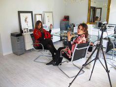 Teresa, gerente de Persuasión Eventos y Julia de JULUNGGUL Silk & Wool, con complementos y chales de seda JULUNGGUL. www.julunggul.com